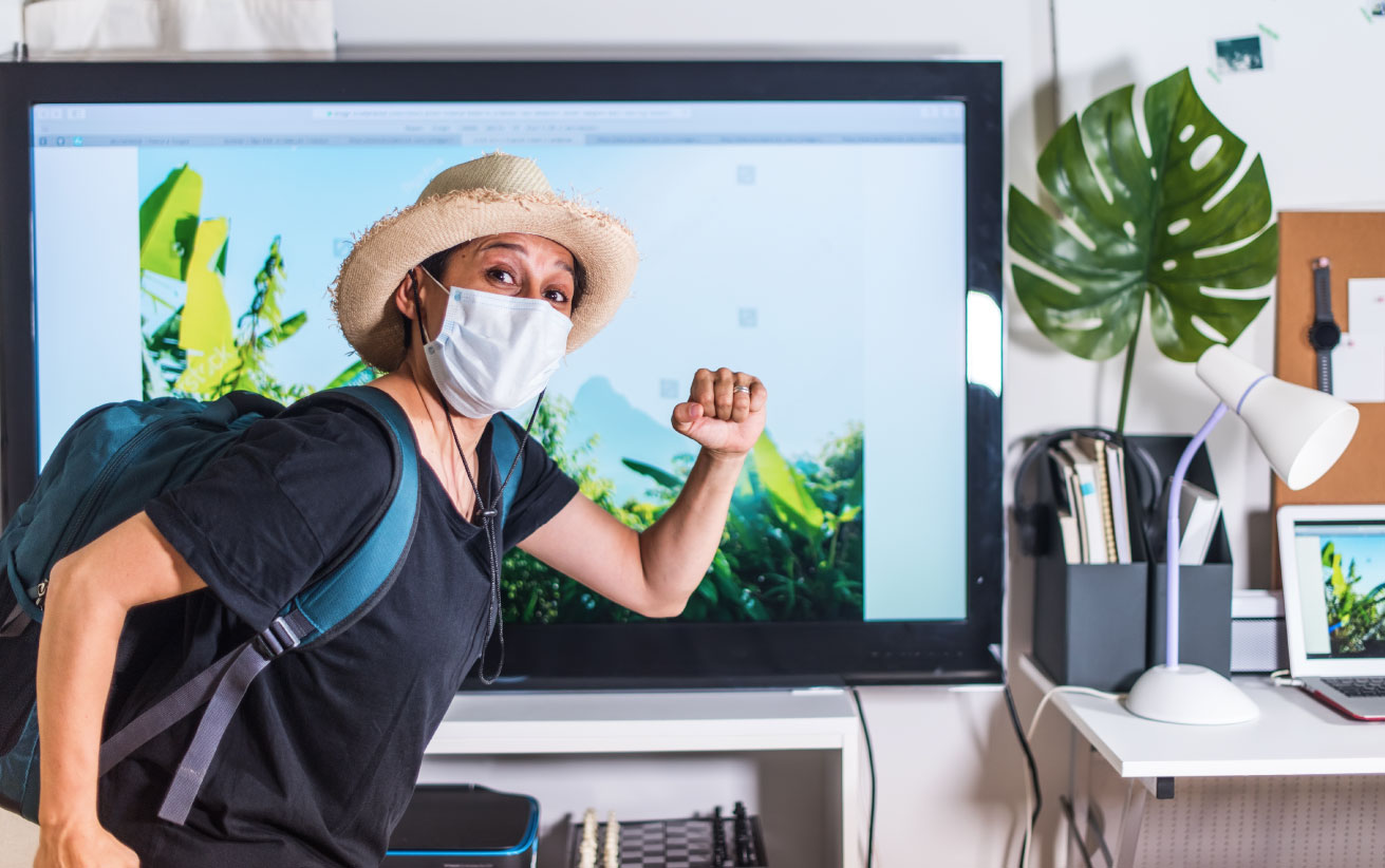"picture of a goofy man dressed in traveling gear and a surgical mask preparing to ""get out of the house without leaving home"" through livestreaming"